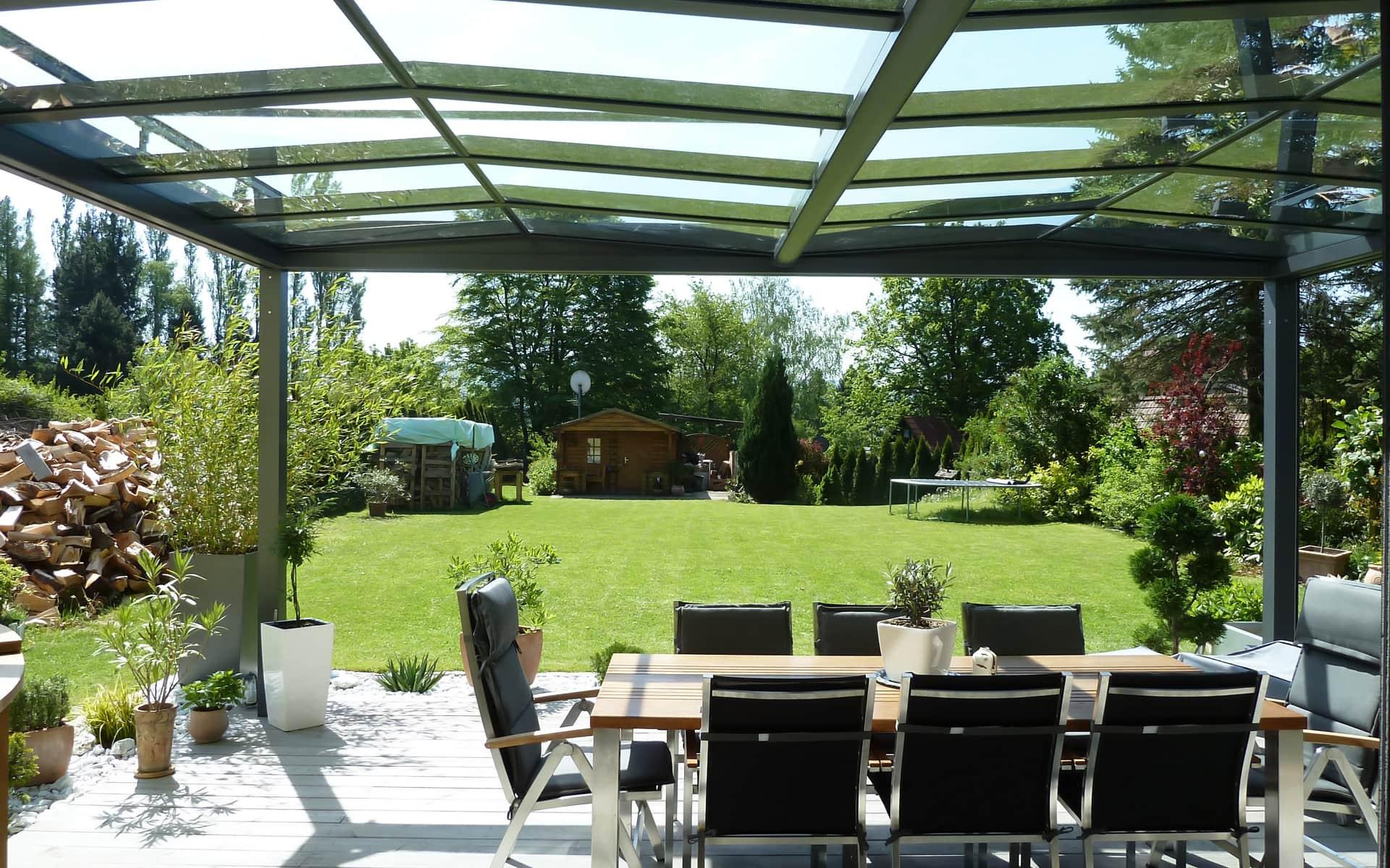 Überdachte Terrasse belebt den Garten