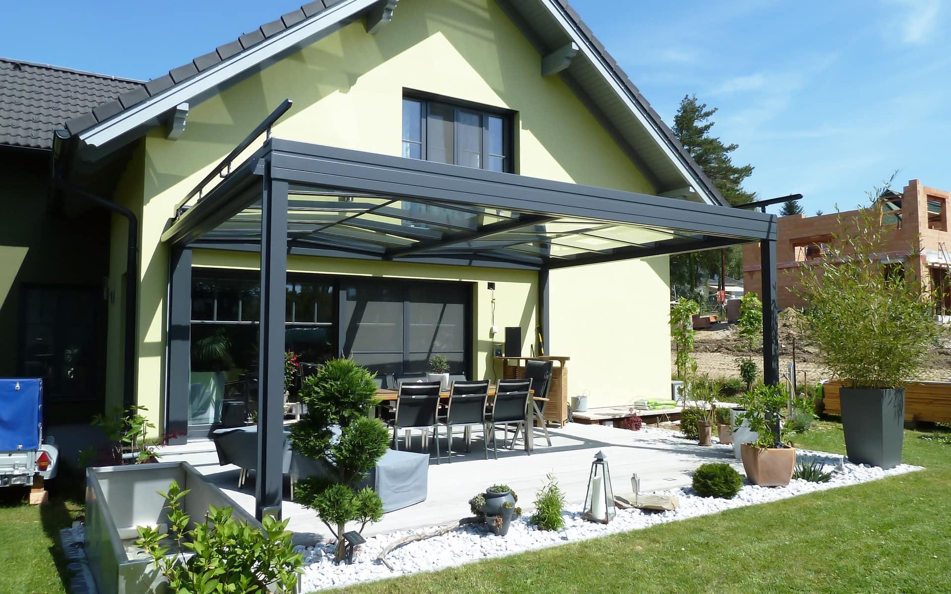 Moderne Terrassenüberdachung für das Wohnen im Freien