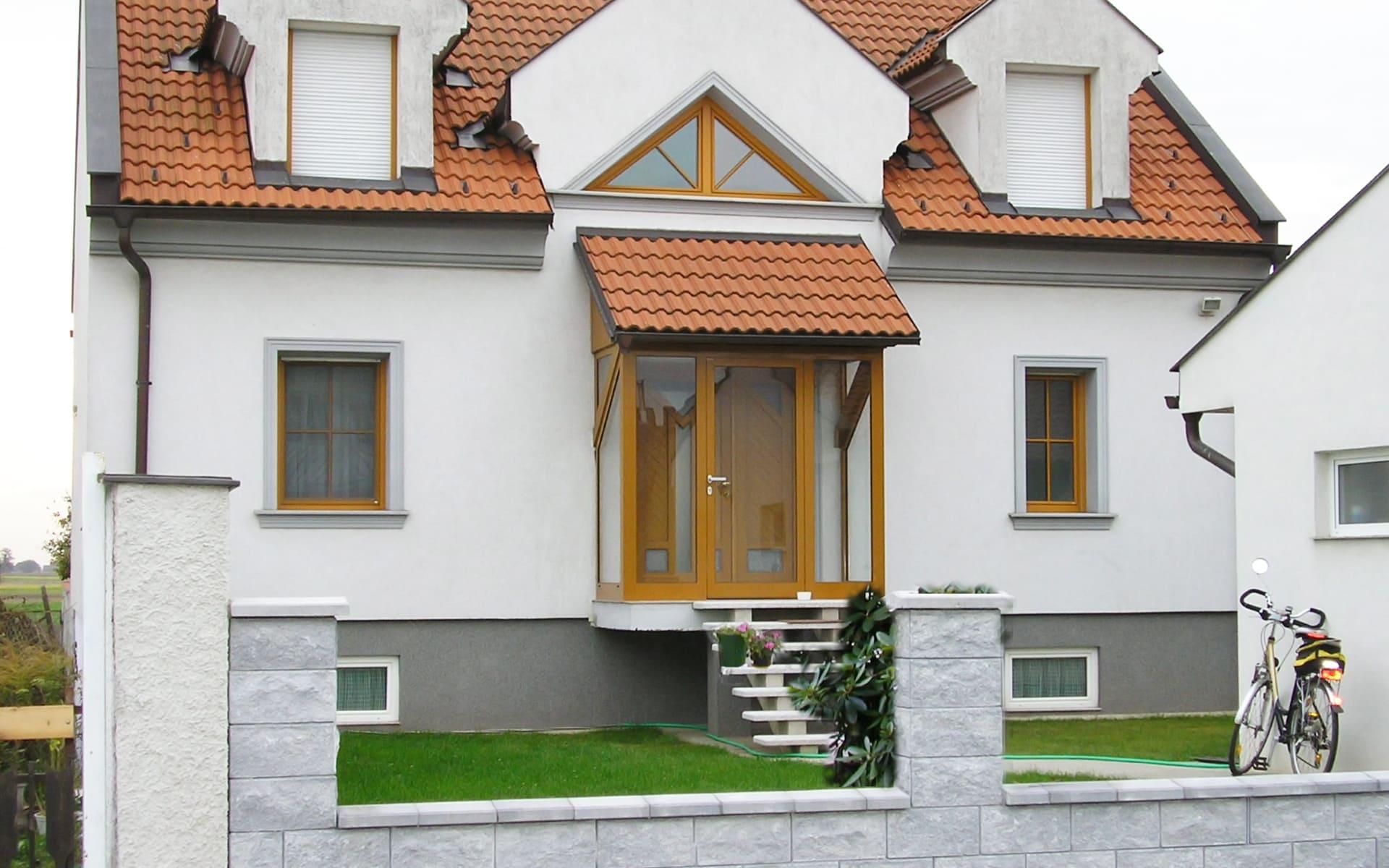 Verglaster Eingangsbereich für Wohnhäuser
