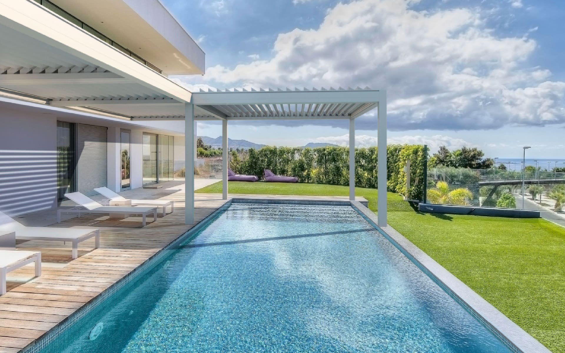 Poolüberdachung für optimalen Sonnenschutz